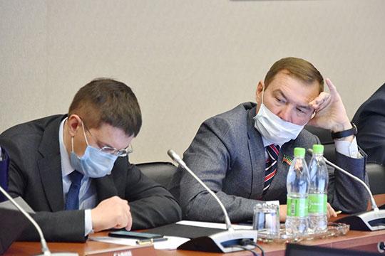 Не менее актуальный вопрос поднял и депутат Дмитрий Самаренкин (справа)