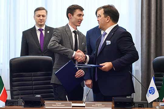 Церемония подписания соглашения между Сетевой компанией и «Смартэнерго» (Ринат Бариев (слева) и Ильшат Фардиев (справа)