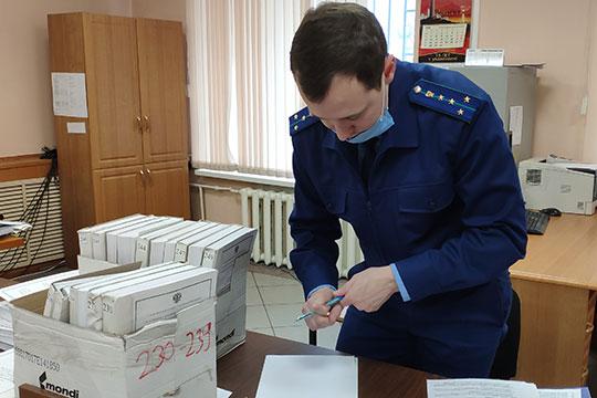 На заседаниях в понедельник и вторник прокуроры успели зачитать материалы, которые содержатся в 19 томах дела — выборочно, со 170 до 243 тома