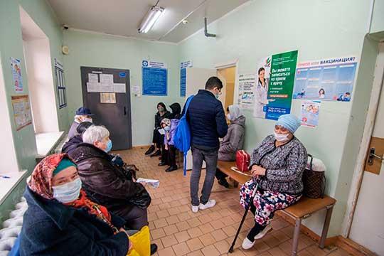 Толпы людей по несколько часов ожидают приема в кабинет доврачебной помощи. Вызвать врача на дом невозможно, ибо в поликлинике заявляют, что приходят к людям с температурой выше 38 градусов