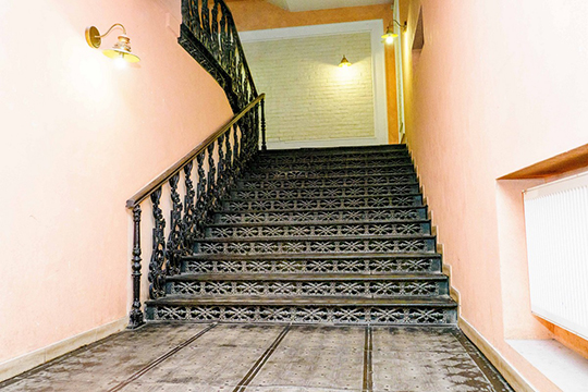Сейчас лестница наместе, благодаря общественности, которая вовремя подала сигнал, нам удалось вовремя остановить ремонтные работы