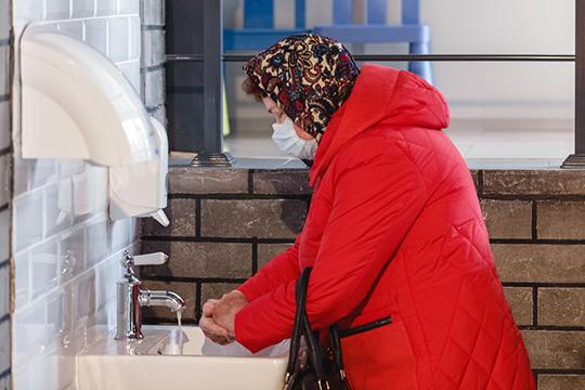 «Вещали совсех экранов: когда человек пришел сулицы, должен помыть руки! Это что, уровень медицины XXI века? Ачто, люди прежде руки немыли? Этому учат вяслях!»