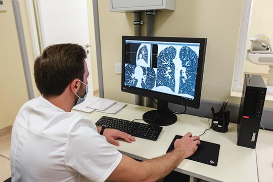 Винфекционнуюбольницумыпривозим человека, емуделают КТ, ипотом врач через несколько часов принимает, открывает накомпьютере описание повреждения легких, сколько процентов поражено