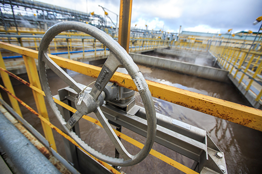 Многие эксперты отрасли сегодня очень осторожно говорят отом, что нефть будет бултыхаться вкоридоре 40— 45 долларов забаррель. Она небудет сильно падать, потому что тогда будут попытки сильно ограничить поставки совсех сторон