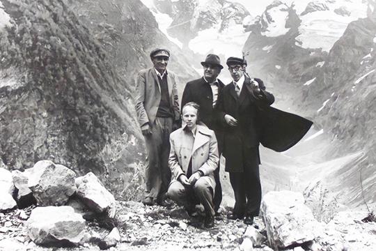 С учеными Карачаево-Черкесиии известным тюркологом Э.Р.Тенишевым (крайний справа) на Кавказе