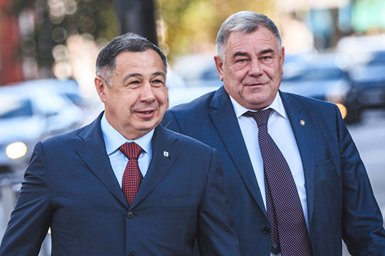 На одну позицию вверх наши эксперты подняли главу Сабинского района Раиса Минниханова (слева)