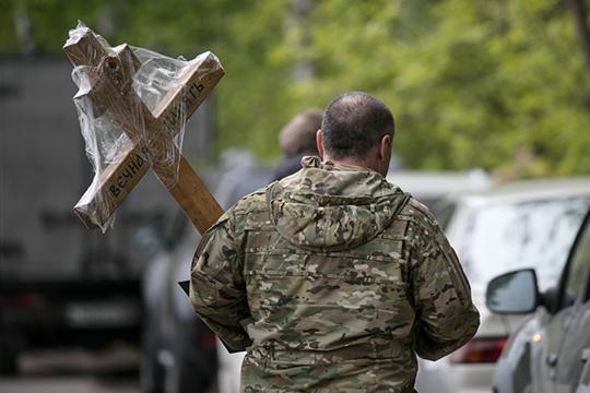 Приезжая забирать тело, они точно так же навязывают родственникам и гробы, и кресты, и венки. В Челнах, по оценкам ритуальщика, огромное для полумиллионного города количество траурных контор