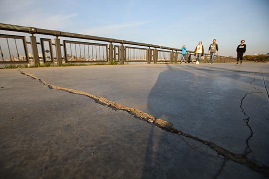 Взгляните на фотографии: новый бетонный променад местами покрылся трещинами и сколами. Перепады уровней, неровные стыки — прямой путь к созданию опасностей для передвижения велосипедистов, да и пешеходов тоже