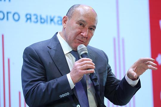 Заняв кресло на сцене и глядя на лица юных чиновников, Ахметов сразу припомнил былую молодость: в свое время он был самым молодым председателем колхоза, потом главой района, а затем и министром сельского хозяйства