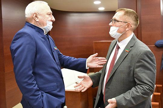 Александр Тыгин (справа) заявил, что «совершенно правы» обе стороны: и Галеев, и комитет по законности и правопорядку