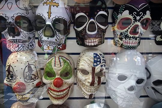 В преддверии праздника в два раза выросли продажи карнавальных масок и почти в 2,5 раза — продажи грима