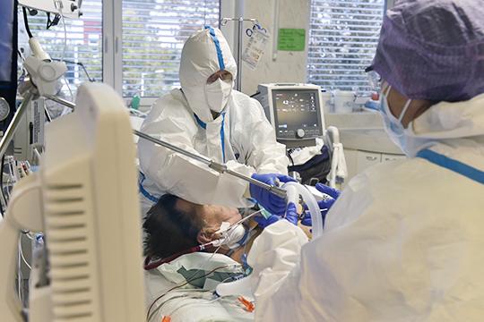 «Из-за отсутствия свободных мест в стационарах теперь врачи амбулаторного звена вынуждены лечить даже среднетяжелые формы ковида в приказном порядке. А где та грань, которая определяет тяжесть состояния?»