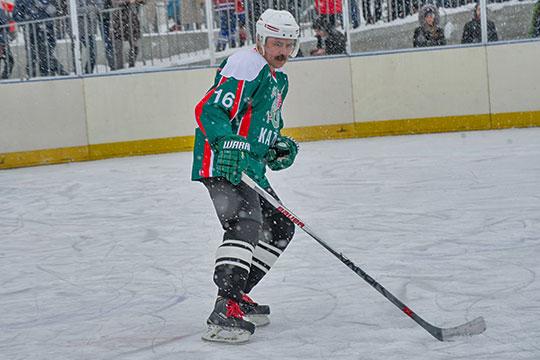 Сейчас есть фотографии, где он в хоккейной экипировке