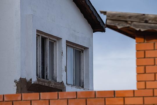 Белый дом с зеленой крышей, в котором жила семья подростка и отчима, расположен на улице Яхина в частном секторе Кукмора. Во дворе откровенный бардак, то ли из-за стройки, то ли из-за прошедших обысков
