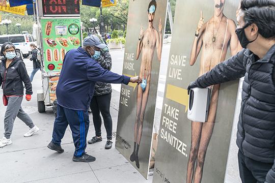 Всамой Америке рекламные щиты аналогичные казанскому впервыепоявилисьоколо недели назад. Уамериканского Бората напричинном месте также закреплены маски, которые можно взять
