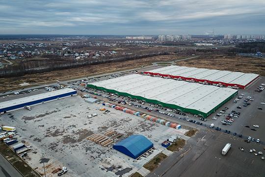 Сейчас в аренде у комплекса 70 га муниципальной земли, на которых построены два павильона общей площадью 80 тыс. кв. м, торговая площадь оценивается в 2,5 тыс. «юнитов» (торговых точек)