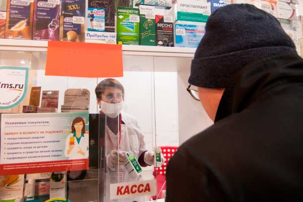 «В связи сажиотажным спросом— есть ряд препаратов, которые отпускаются без рецепта— люди просто покупают навсех заранее, насвоих родственников. Поэтому происходит такой дефицит»