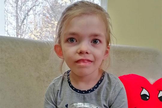 Дарине сначала поставили диагноз «нефротический синдром» и попробовали лечить гормонами, но это только вызвало большое количество отеков, а количество белка в моче так и не снизилось