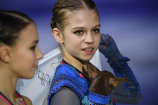 К решению Косторной кататься у Плющенко скептически отнеслась Трусова и ультимативно с родителями потребовала развести часы тренировок двух амбициозных фигуристок