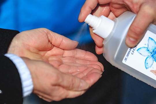 «Главный инфекционист минздрава России Владимир Чуланов считает, что особого смысла в перчатках нет. Но использование антисептиков очень важно»