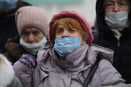 «Поэтому и нужны противоэпидемические меры: дистанция, маски. Конечно, чтобы маска сыграла свою положительную роль, нужно менять ее каждые два часа, потом она может представлять источник опасности для того, кто ее носит»