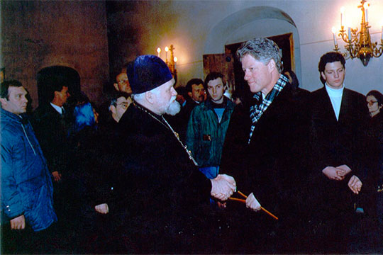 Однажды президент США Билл Клинтон во время визита в Россию, гуляя по Красной площади, зашел к ним в собор. У Клинтона умерла мама, и как раз Королев предложил поставить свечку за маму у Казанской иконы