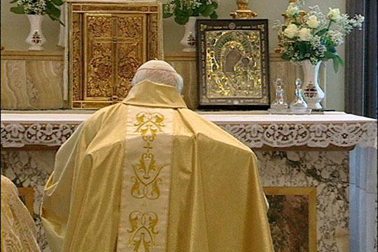 Папа молился у иконы 3 раза в день