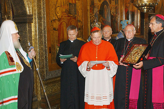 Патриарх Московский и всея Руси Алексий Второй (слева) и кардинал Вальтер Каспер (в центре) во время церемонии передачи иконы Казанской Божией Матери