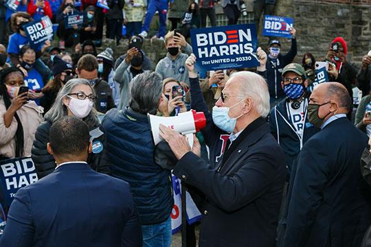 По данным FoxNews на 7 ноября, кандидат от демократов Джо Байден лидирует на выборах с 264 голосами (из 270 необходимых)