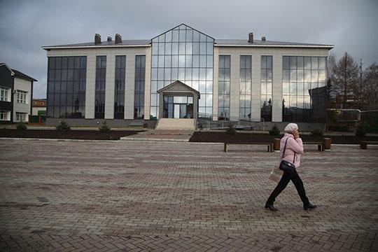 Перейдя дорогу оттандема «Седой граф»— «Бәрәкәт», мынаправились вздание районной администрации Кукмора, новДень конституции Татарстана здесь предсказуемо никого небыло