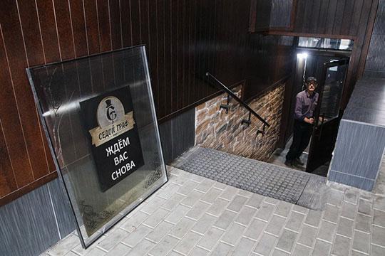 Расположено кафе подвальном помещении и в то время, когда мы подошли к входной двери, здесь работал, несмотря на официальный выходной в Татарстане, судя по всему, плотник