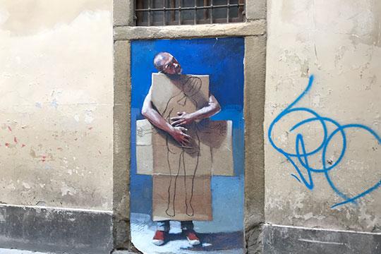После выхода из галереи, буквально в трех минутах ходьбы от Уффици была удивлена и растрогана стрит-арт картиной, полной глубокого смыла