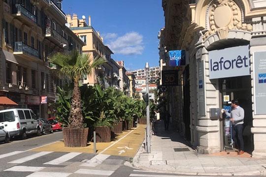 В Ницце заметила потрясающие велодорожки, проложенные по центру города и отделенные от проезжей части совершенно мудрым и красивым решением