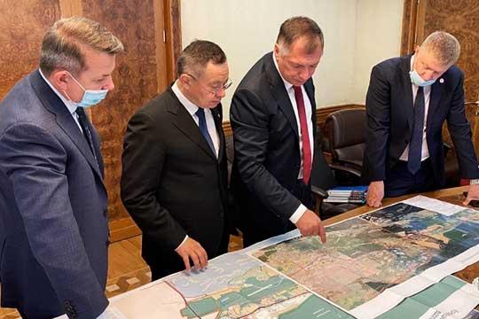 Все эти месяцы Ирек Файзуллин нетерял связи исТатарстаном. Впубличной плоскости, например, засветился проект «Большого Зеленодольска», проводил онвКазани совещания пореновации территорий