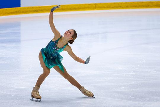 В короткой Александра презентовала другой сверхсложный прыжок — тройной аксель. И вновь с ошибкой — степ-аут на приземлении. Пока что чисто этот элемент ей не удавался ни разу