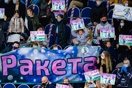 Казанские болельщики восновном ждали Трусову. «Сегодня будут четверные?»— спрашивали друг друга зрители, очевидно, неслишком часто посещающие соревнования пофигурному катанию