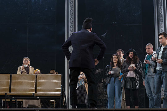 Все, что нужно для оперного шлягера, впьесе имеется: интриги, страдания, любовь, смерть. Действующих лиц— 18, изкоторых самыми оригинальными могут стать Начальник вокзала