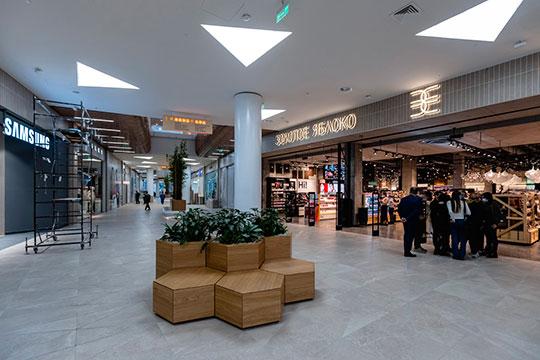 Из магазинов косметики и парфюмерии представлено «Золотое Яблоко» — для сети это второй магазин в Казани, и стартовый непосредственно внутри торгового центра