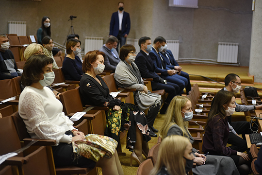 Кресла в зале, где проходило мероприятие, были заклеены так, что гости могли сидеть через одного