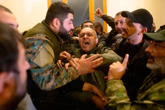 Протестующие избили Арарата Мирзояна, разгромили офис армянской службы «Радио Свобода», а оппозиционные партии предъявили Пашиняну ультиматум о немедленном сложении с себя полномочий