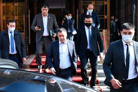 Еще месяц назад премьер-министр КыргызстанаСадыр Жапаров(в центре) отбывал 11-летний срок вкиргизской колонии, а сегодня представлял страну насаммитеШОС