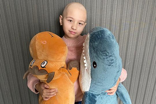 Врачи назначили Риане химиотерапию, три курса показали хорошие результаты. Теперь пришло время бороться с карциномой с помощью томо-терапии, одного из видов лучевой терапии, который позволит более точечно
