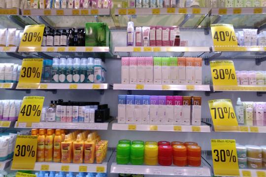 По традиции распродажами в эти дни славятся магазины косметики и парфюмерии
