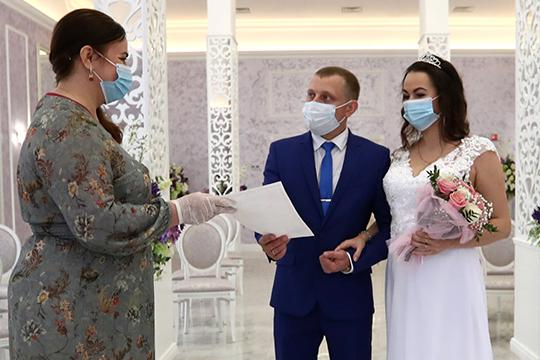 Еще одна мера — в ЗАГСах Москвы ограничили количество гостей на регистрации брака до 5 человек