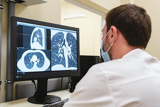 «После того, как начались затруднения вдыхании, ярешила сделать компьютерную томографию легких. НаКТбыли видны признаки 5-процентного поражения обоих легких суплотнениями потипу «матового стекла» собеих сторон»