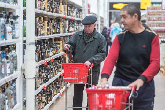 Через полтора месяца самая дешевая бутылка водки обойдется в243 рубля за0,5 литра, шампанское— 169 рублей за0,75 литра, аконьяк в446 рублей за0,5 литра
