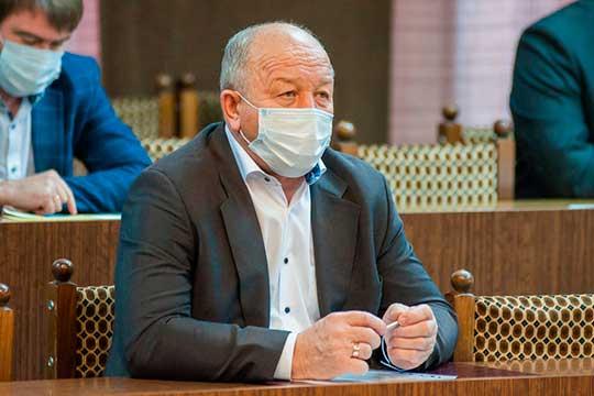 Николай Тятюшкин рассказал, что лично устраивает тотальную слежку за водителями, дабы искоренить факты нарушений ПДД, — он выезжает на перекрестки и наблюдает за тем, кто из работников проезжает на красный свет