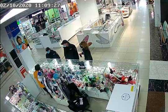 Вначале октября к продавцу изотдела бижутерии вТЦ«Олимп» подошли полицейские. Они предоставили фото ивидео, накоторых запечатлен момент отсутствия наприлавке антисептика