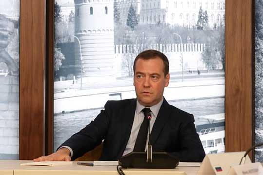 В2011 годуДмитрий Медведевпостановил сократить число гражданских служащих ифедеральных чиновников на20% к2013 году. Новыполнить план удалось лишь на7%