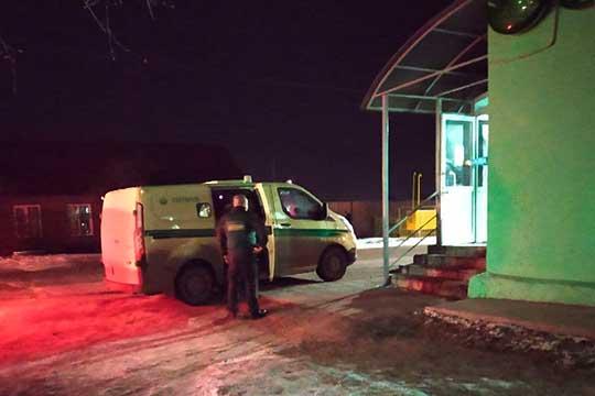 Служба безопасности Сбербанка изКазани забрали оставшиеся вкассе наличные деньги. Разговаривать спрессой безопасники отказались